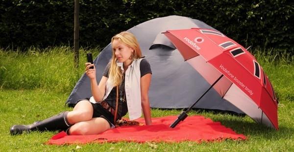 Vodafone crea un paraguas solar que recarga móviles