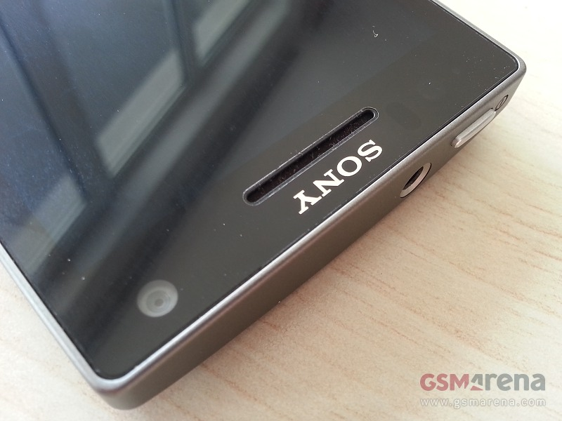 Un elegante Sony Xperia SL posa ante la cámara
