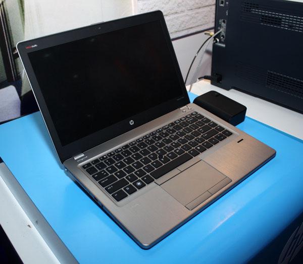 HP Elitebook Folio 9470m posa ante la cámara