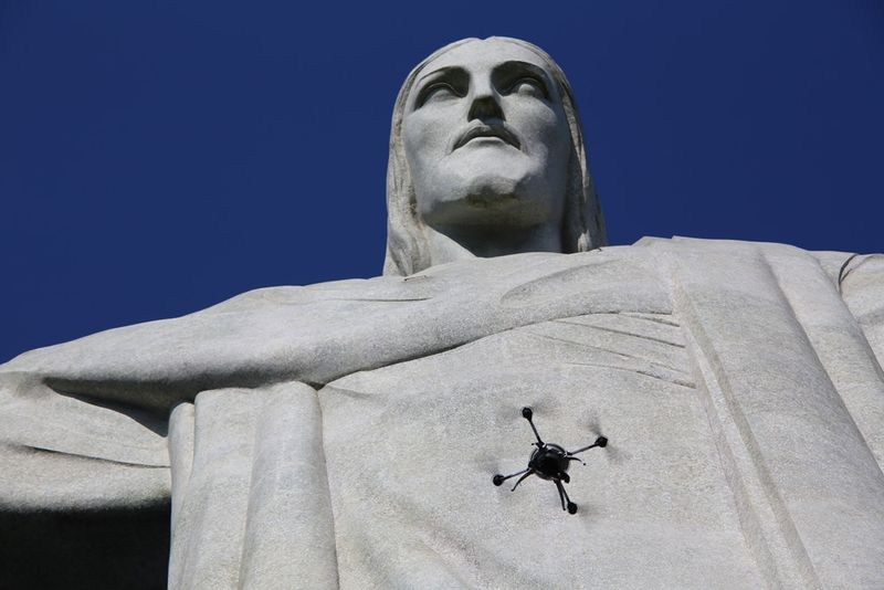 Cristo Redentor junto a un Dron