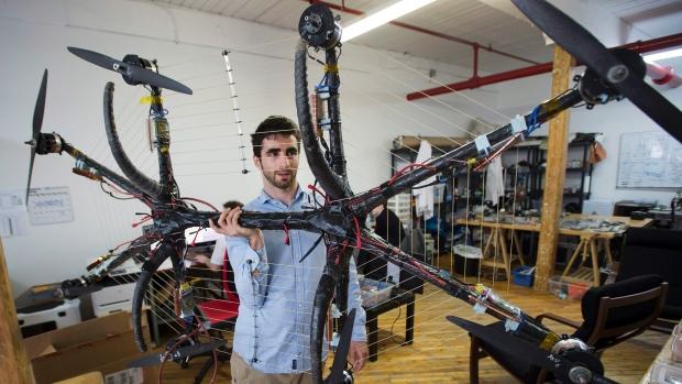 Canadiense rompe récord al volar con una aerotabla