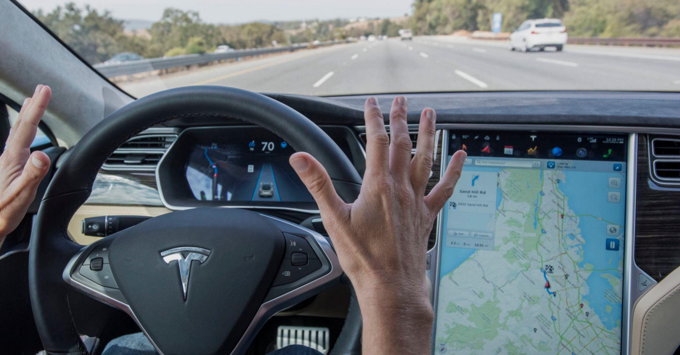 """Alemania considera que el término """"Autopilot"""" de Tesla resulta engañoso"""