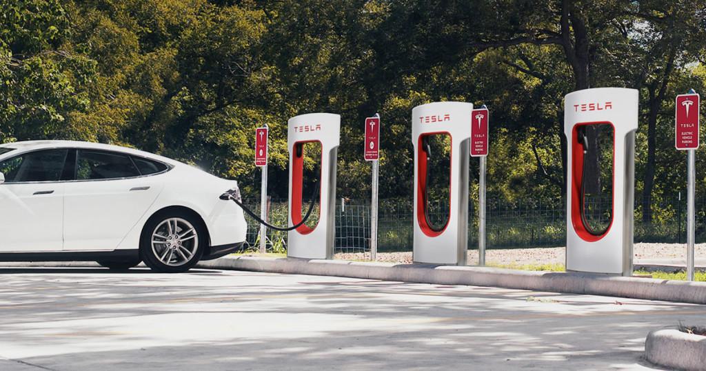 Tesla multará a los clientes que dejen su coche cargando demasiado tiempo