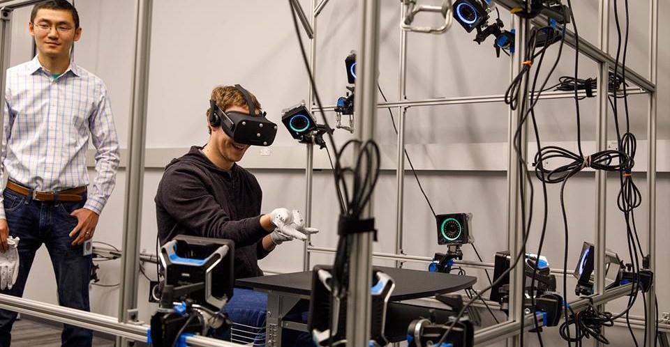 Mark Zuckerberg muestra los nuevos guantes de Oculus Rift
