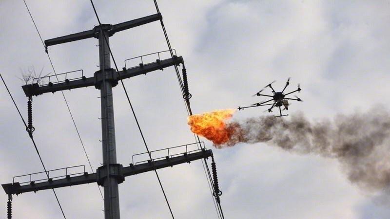 China comienza a usar drones con lanzallamas para limpiar las líneas eléctricas