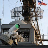 El USS Ponce estrena un arma láser que dispara a velocidad luz a un coste de 1$ por disparo