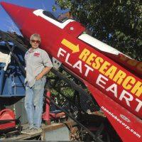 Muere el terraplanista Mike Hughes tras estrellarse su cohete casero en un lanzamiento