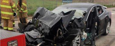 La conductora de un Tesla accidentado admite que miraba el móvil con el Autopilot activado
