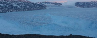 Capturan el desprendimiento de un enorme iceberg en Groenlandia