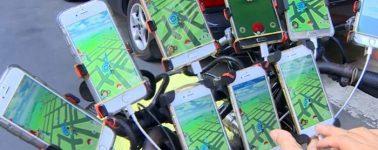 Este taiwanés de 69 años juega a Pokémon GO con 9 smartphones a la vez