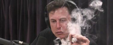 Elon Musk habla del avión eléctrico perfecto mientras fuma marihuana en directo