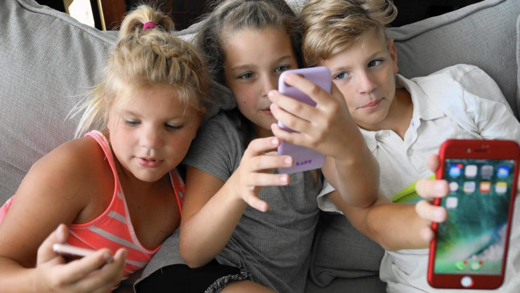Niños con teléfonos inteligentes