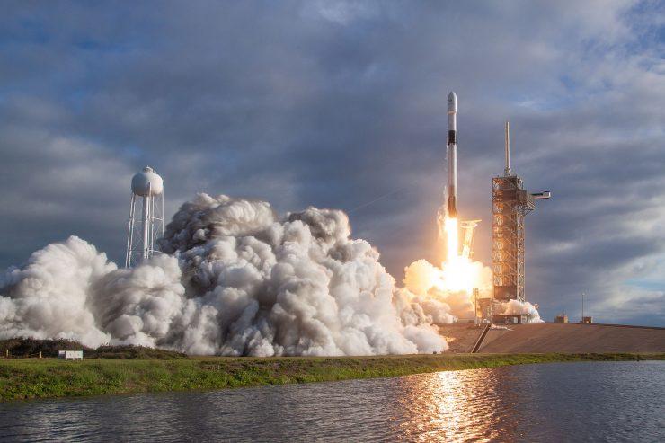 Un cohete Falcon 9 de SpaceX despegando