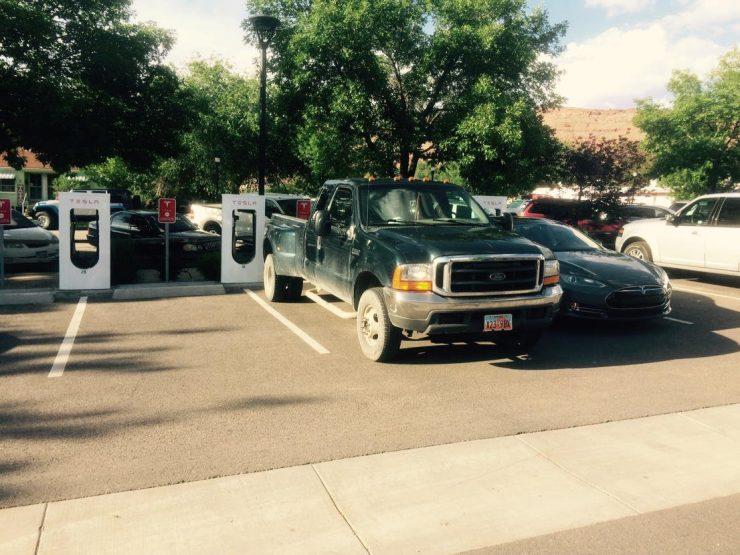 Tesla Supercargador bloqueado por una pick-up
