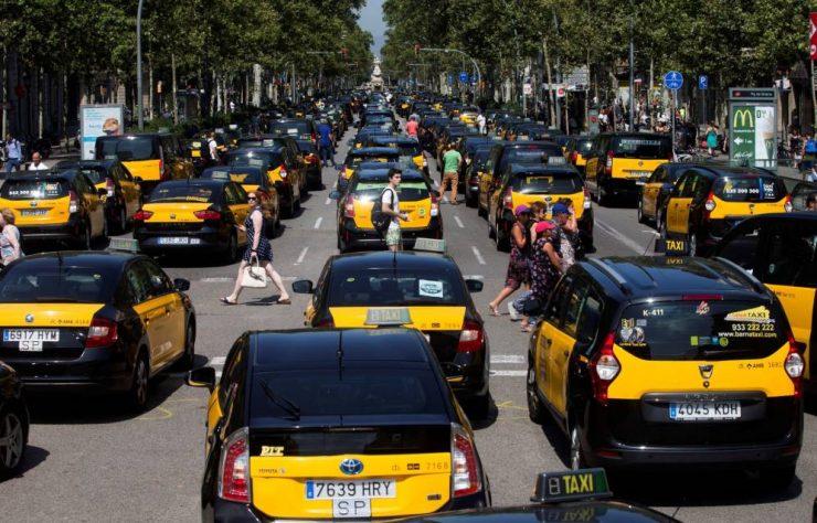 Taxis en Barcelona, protestando contra Uber y Cabify