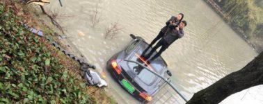 Un Tesla Model S termina sumergido en un río: su dueño asegura que el vehículo aceleró solo
