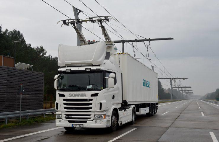 Camión conectado a una carretera eléctrica eHighway