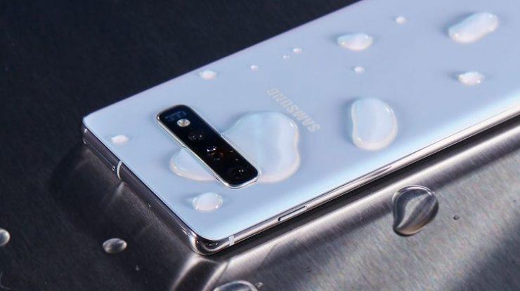 Samsung Galaxy S10 con agua 740x415 0