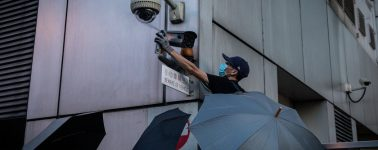 Los habitantes de Hong Kong comienzan a derribar las torres de reconocimiento facial