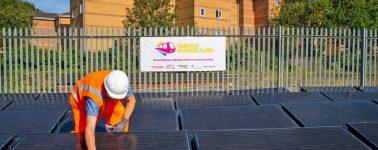 La primera línea de tren impulsada únicamente por energía solar abre en Reino Unido