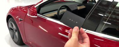 La propietaria de un Tesla Model 3 se implanta el chip electrónico en su brazo para desbloquear el coche