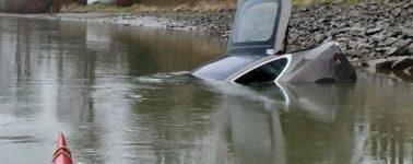 [Inocente] La IA de un coche autónomo de Tesla se rebela: huye de su dueño y se tira al río