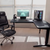 Thermaltake lanza su mesa gaming ajustable en altura ToughDesk 500L RGB Battlestation